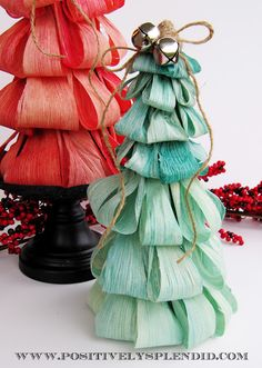 Dyed Corn Husk Christmas Tree Tutorial - Positively Splendid {Crafts, Sewing, Recipes and Home Decor} Unique Christmas Trees, Christmas Crafts, Christmas Ornaments, Fall Crafts, Holiday Crafts, Diy And Crafts, Straw Decorations, Christmas Decorations, Corn Husk Wreath