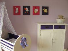 Babykamer met paarse accenten. Dus ook paars in de serie schilderijen. Bij Dadada kun je zelf de achtergrondkleuren bepalen. Ook een staaltje is mogelijk!