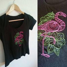 T-shirt noir brodé à la machine Taille M Motif flamant rose avec des hibiscus…
