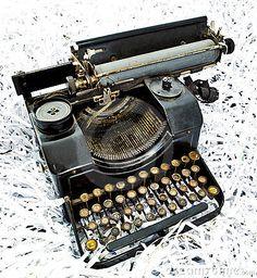I finally found one! Hans Wegner, Steampunk Furniture, Antique Typewriter, Vintage Office, Victorian Steampunk, Typography, Lettering, Vintage Typewriters, Writing Instruments