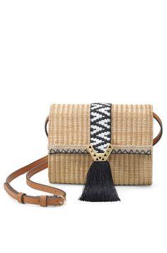 Restez tendance cet été avec notre sac en bandoulière en raphia! Ce sac absolument adorable possède une bandoulière amovible pour se composer une multitude de looks! À retrouver sur Stella & Dot.