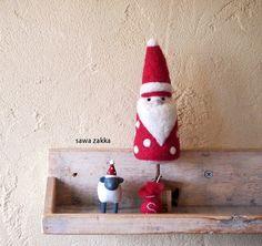 『 サンタクロースの木 』羊毛フェルトで出来た、サンタクロースの木を作りました。小さな小さなプレゼント袋がコロンと付いてます。sawa zakkaの木シリーズ...|ハンドメイド、手作り、手仕事品の通販・販売・購入ならCreema。