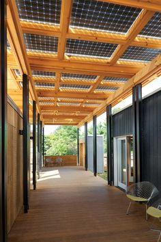 Zonnepanelen als dak van je veranda. Leuke oplossing, niet zo mooi uitgevoerd.