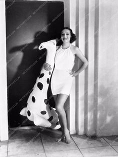 photo beautiful Dolores del Rio in swimsuit with floating giraff 590-15