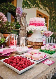 Baby Geburtstag feiern Tisch Süßigkeiten