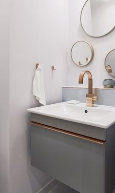 """The washbasin from the """"Venticello"""" collection creates with a copper-colored decorative trim a connection to the matching fitting."""
