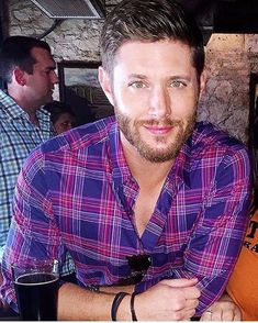 Jensen Ackles as just some hot guy you're lucky enough to take a picture with at the bar. Those green eyes. Castiel, Jensen Ackles Supernatural, Jensen Ackles Jared Padalecki, Supernatural Tv Show, Jared And Jensen, Jensen Ackles Eyes, Supernatural Poster, Misha Collins, Mark Sheppard
