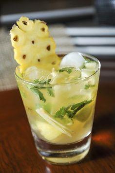 MOJITOLADA (1 c à s de sucre canne, 5 feuilles de menthe, 6 dés d'ananas frais, 3 tranches de citron, on pile le tout. On ajoute 6 cl de rhum et 2 cl de jus d'ananas et l'on complète avec de la glace pilée)