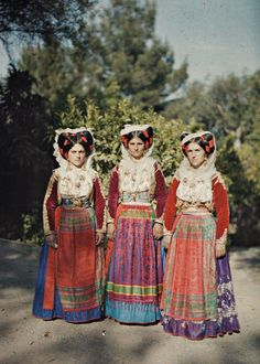 Albert-Kahn Musée - Greece: In 1912 and the years of the First and Second Balkan Wars, photographer Auguste Léon framed a costumed trio on Corfu, a region seemingly untouched by conflict. Portraits Victoriens, First Color Photograph, Albert Kahn, Art Populaire, Ethnic Dress, Folk Costume, People Of The World, World Cultures, Color Photography