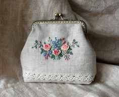 Моя штучка. Кошелек-косметичка-сумка Embroidery Purse, Embroidery Patterns, Diy Gift Box, Frame Purse, Embroidered Bag, Pouch Bag, Pouches, Handmade Bags, Pin Cushions