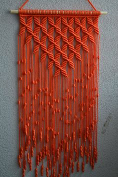 Technique de macramé à la main de panneaux de mur. Matière: 100 % polyester. Couleur: orange. Bracelet: bois naturel - pin. taille: La longueur de la terrasse en bois vers le bas, y compris les fils - сm 83 pouces 32,7 Largeur - 38cm/15 pouces