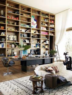 Estante no home office Arquiteto: Brian Sawyer and John Berson Fotógrafo: William Waldron Fonte: Elle Decor USA Jul-Ago 2013