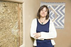 Zuzana Kierulfová má s nórskym manželom architektonické štúdio. Na snímke je pri stene, kde za sklom vidieť slamu.