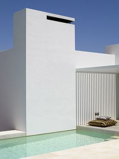 Minimalist, white summer house with patio (photo by Eugeni Pons)_