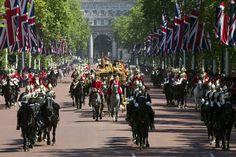 27.05 Ce somptueux cortège ramène la reine Elizabeth II à Buckingham Palace, après son discours devant le Parlement britannique.Photo: AFP/Justin Tallis