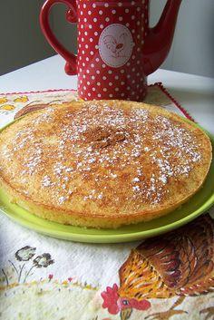 Bater 1 requeijão de vaca com 175g de açúcar. Adicionar 2 ovos inteiros e 25g de margarina derretida e bater novamente. Por fim, envolver muito bem 50g de farinha peneirada com 1 colher de chá de fermento. Levar ao forno entre 15 a 20 minutos a 180º, numa tarteira untada e enfarinhada. Ao desenformar, polvilhar com aúcar em pó e canela.