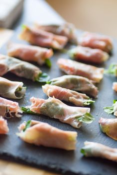 Rolls of uncooked ham, pear, cream cheese and arugula Arugula, Brunch, Ham, Entrees, Sushi, Fruit, Toast, Rolls, Cheese