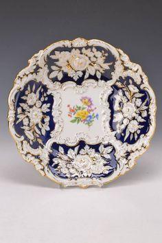 Prunkteller, Meissen, 20. Jh., partiell kobaltblau glasiert, reich reliefiert und matt- und glanzve — Porzellan