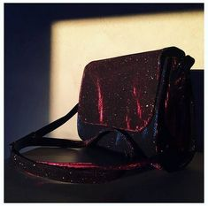 Bolsa brilho Holográfico - Volpi Design Fashion Backpack, Michael Kors, Backpacks, Bags, Design, Silver Color, Blue Roses, Glow, Made By Hands