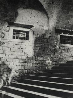 Quando Kati Horna cobriu a Guerra Civil Espanhola, ela estava ao lado de gigantes da fotografia documental, como Robert Capa, seu amigo de infância. No entanto, suas imagens surrealistas e incomuns eram bem diferentes das fotos de linha de frente de Capa. Seus cliques, como o de um homem se barbeando com o rosto coberto (...)