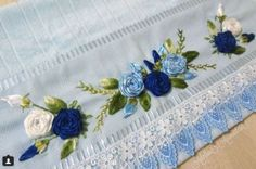 toalha azul Silk Ribbon Embroidery, Embroidery Stitches, Embroidery Patterns, Hand Embroidery, Hama Mini, Satin Flowers, Ribbon Work, Needlework, Projects To Try