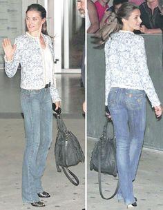 Letizia también es aficionada a este estilo. Con vaqueros push-up, de Liu Jo, chaqueta estilo Chanel, de Mango, y sandalias, de Boss.