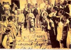 9 eylül 1922 izmir - Yüzbaşı Şerafettin Bey bayrağı göndere çektikten sonra hükümet konağı önünde
