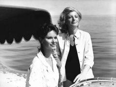 """Scena del film """"L'avventura"""" - Regia Michelangelo Antonioni - 1960 - Le attrici Lea Massari e Monica Vitti in barca sul mare"""