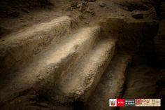 Vista en detalle de escaleras en el Edificio de Cornisas, en el sitio arqueológico de Vichama.