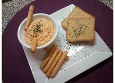 Paté de cangrejo 9 pequeños Palitos de cangrejo, 4 cucharadas Tomate frito, 8 cucharadas Mahonesa, 1 cucharadita Coñac Trituramos y servimos frio