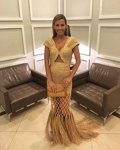 #bailedavogue2016, tô chegando! O look é todo by @dudufarias, com vestido de palha do incrível coletivo paraense @fazendomodaunama (alta-costura rústica, que coisa linda!), joias @emarbatalha, sandálias Jimmy Choo na @etiquetaunica! Cabelo é @eronaraujo e nake é da @kkarlalima #monicacomglamour