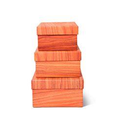 Læg låg på miniting, småting og mellemting i papæsker kamufleret som træ. De fås i tre størrelser til en tier stykket. Kr. 10,-
