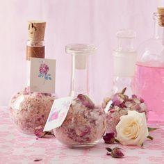 Verpak dié lekkerruik-geskenk in 'n mooi glasbottel met 'n prop wat dig sluit. Rose Bath, Medicinal Plants, Bath Salts, Arts And Crafts, Homemade, Crafty, Table Decorations, Gifts, Bath Products