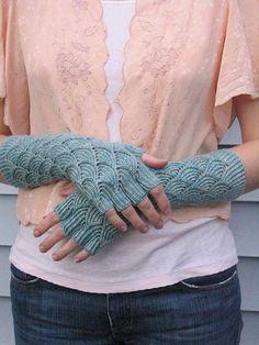 Mermaid Gloves #knit #free_pattern http://www.ravelry.com/patterns/library/mermaid-gloves