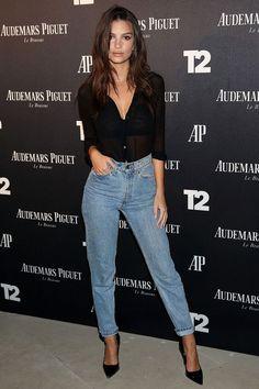 Emily Ratajkowski, camisa preta transparente, calça jeans, scarpin preto