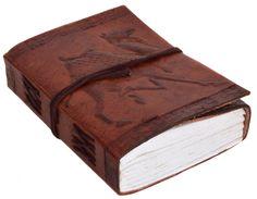 """Einmal Kamel zum Mitnehmen! Nein – das ist keine Drive-In-Bestellung, sondern das Notizbuch """"Editha"""". Der einmalig schöne Einband aus naturgegerbtem Rindsleder ist mit einer Kamelprägung versehen, der einen Hauch Orient zur Dir nach Hause holt - Ledereinband - Tagebuch - Notizbuch - Gusti Leder - P15"""