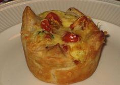 Ons favourite hapje op verjaardagen! :-) ½ rode paprika, peper en zout, 1 ei, 3 plakjes bladerdeeg, 2 el crème fraîche, 100 gram fijngeraspte kaas, 1 tl oregano. Olie om in te vetten. BEREIDING: Verwarm de oven voor op 200 graden. Snijd de paprika in piepkleine blokjes. Meng de paprika met het ei, de crème fraîche, kaas en oregano. Voeg naar smaak zout en peper toe. Snijd de plakjes bladerdeeg in vieren. Vet de vormpjes in met olie. Druk het bladerdeeg in de holletjes en vul elk holletje met…