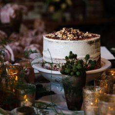"71 Likes, 1 Comments - KAREN WILLIS HOLMES (@kwhbridal) on Instagram: ""Simplicity is key. Photo taken by the ever so talented @erinandtara #weddingcake #cakegoals…"""