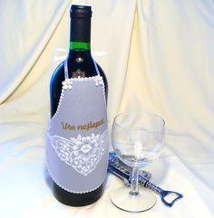 137.+Zástěrka+na+láhev+vína+PAPÍROVÁ+KRAJKA+se+vytváří+vytlačováním+vzorů+(nástroji+firmy+PERGAMANO)+do+pauzovacího+papíru+s+vyšší+gramáží.+Plastický+efekt+budí+dojem+výšivky+či+krajky.+Typickým+znakem+jsou+zoubkované+okraje+Zvolili+jste+láhev+vína+jako+dárek?+Dobrému+ročníku+bude+slušet+luxusní+krajkový+obleček+šitý+na+míru.+Na+obrázku+je+oblečená...