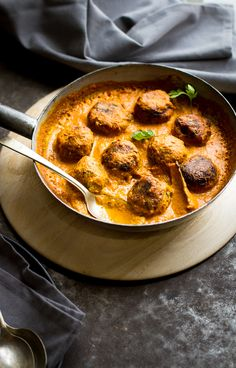 VEGAN - Zucchini Koftas in Creamy Coconut Tomato Sauce - Journey Kitchen Veggie Recipes, Indian Food Recipes, Whole Food Recipes, Vegetarian Recipes, Cooking Recipes, Healthy Recipes, Smoothies Vegan, Traditional Indian Food, Comida India