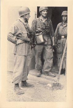 "Monte Cassino, Italy.1943-44. Left to right. Fallschirmjäger with a Windbluse anorak of the Gebirgsjäger.""Assault"" pants (Tropenüberfallhose) from the Luftwaffe. Fallschirmjäger with a SS camouflage blouse of the Platanenmuster type, wearing a Deutsches Kreuz medal, Karl Lothar Schulz, Oberst der Luftwaffe (Kommandeur FschJägRgt 1)"