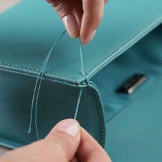 Curso de Carteras y Bolsos en Videos Online Leather Purses, Leather Handbags, Leather Bag Tutorial, Handbag Patterns, Sewing Dolls, Shopping Bag, Creations, Pendants, Mens Fashion
