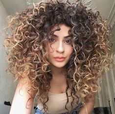 To have beautiful curls in good shape, your hair must be well hydrated to keep all their punch. You want to know the implacable theorem and the secret of the gods: Naturally curly hair is necessarily very well hydrated. Curly Hair Styles, Big Curly Hair, Colored Curly Hair, Wavy Hair, Balayage For Curly Hair, Coiffure Hair, Curly Girl Method, Light Hair, Hair Trends