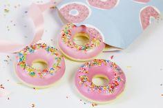 Seife selber machen geht ganz einfach und mit einem Trick sieht eure Seife aus wie ein süßer Donut. Die Anleitung findet ihr auf meinem Blog!