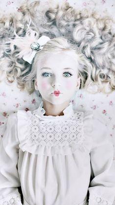 Model: Imani Mujakic, fotografie: Tanneke Peetoom, styling en mua: Rosalie Coppelmans en headpiece: LOVY luxe kindersieraden