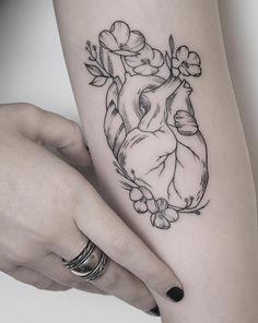 Linework Herz Tattoo Designs – Famous Last Words Human Heart Tattoo, Love Heart Tattoo, Brain Tattoo, Heart Tattoo Designs, Heart With Flowers Tattoo, Great Tattoos, Body Art Tattoos, Tattoo Drawings, New Tattoos