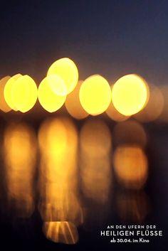 Kerzen-Lichter im Ganges während des hinduistischen Festes KUMBH MELA (größtes religiöses Festival der Welt) in Allahabad / Indien 2013. (Filmstill) // Candle-light on the Ganges during the hiduistic festival KUMBH MELA (largest religious festival in the world) in 2013 Allahabad, India (film still)