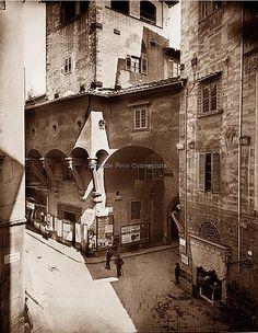 Veduta porzione Ponte Vecchio e la superstite Torre Mannelli, all'angolo con via dei Bardi a Firenze, 1890 circa.