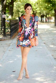 Thassia Naves usa vestido em comprimento mini estampado com sandália nude