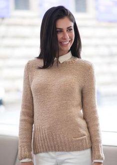 Чудная модель простого женского пуловера, связанного из мериносовой шерсти на спицах 7 мм. Изделие вяжется чулочной вязкой и резинкой по